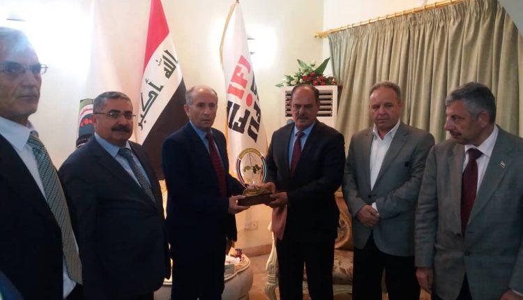 تقديم درع اتحاد الصحفيين للسيد مؤيد اللامي رئيس اتحاد الصحفيين العرب